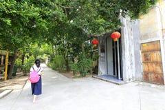 Unga kvinnor besöker den redtory idérika trädgården, guangzhou, porslin Arkivbilder
