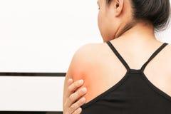 Unga kvinnor drar tillbaka, och skuldran smärtar skada-, sjukvård- och läkarundersökningbegrepp royaltyfri fotografi