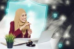 Unga kvinnor för lyckligt framsidauttryck som framme sitter hennes bärbar dator över abstrakt bakgrund Royaltyfria Foton