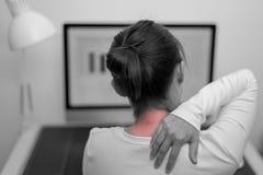 Unga kvinnor hånglar, och skuldran smärtar skada med röda viktig smärtar på områdes-, sjukvård- och läkarundersökningbegrepp royaltyfria bilder