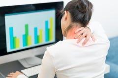 Unga kvinnor hånglar, och skuldran smärtar skada med röda viktig smärtar på områdes-, sjukvård- och läkarundersökningbegrepp arkivfoton