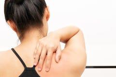 Unga kvinnor hånglar, och skuldran smärtar skada-, sjukvård- och läkarundersökningbegrepp arkivbilder