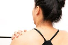 Unga kvinnor hånglar, och skuldran smärtar skada-, sjukvård- och läkarundersökningbegrepp arkivfoto