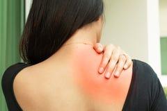 Unga kvinnor hånglar, och skuldran smärtar skada-, sjukvård- och läkarundersökningbegrepp royaltyfri fotografi