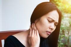 Unga kvinnor hånglar, och skuldran smärtar skada-, sjukvård- och läkarundersökningbegrepp royaltyfria bilder