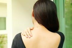 Unga kvinnor hånglar, och skuldran smärtar skada-, sjukvård- och läkarundersökningbegrepp arkivfoton