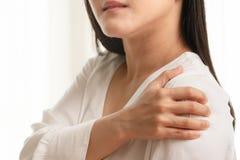 Unga kvinnor hånglar, och skuldran smärtar skada-, sjukvård- och läkarundersökningbegrepp fotografering för bildbyråer
