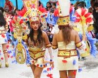 Unga kvinnor i färgrika dräkter i karneval ståtar Royaltyfri Fotografi