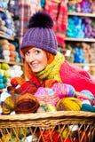 Unga kvinnor i handarbete shoppar arkivbilder