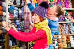Unga kvinnor i handarbete shoppar Royaltyfri Fotografi