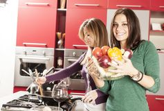 Unga kvinnor i kök Arkivbild