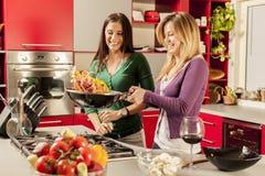 Unga kvinnor i kök Arkivbilder