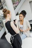 Unga kvinnor i kontoret Royaltyfri Bild