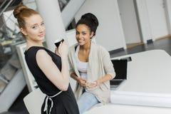 Unga kvinnor i kontoret Royaltyfri Fotografi