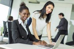 Unga kvinnor i kontoret Arkivbild