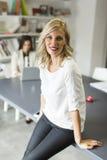 Unga kvinnor i kontoret Royaltyfria Bilder