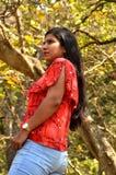 Unga kvinnor i skog royaltyfri bild