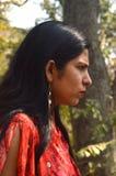 Unga kvinnor i skog royaltyfria bilder