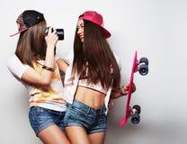Unga kvinnor i sommarkläder Fotografering för Bildbyråer