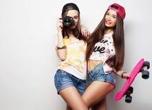 Unga kvinnor i sommarkläder Royaltyfria Foton