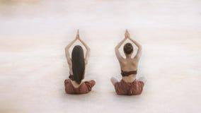 Unga kvinnor i thailändsk tradition som gör yogakondition, övar royaltyfria foton