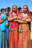 Unga kvinnor i traditionellt klänningdeltagande i ökenfestival, Arkivbilder