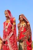 Unga kvinnor i traditionellt klänningdeltagande i ökenfestival, Arkivbild