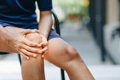 Unga kvinnor knäa knipet, sjukvårdbegrepp royaltyfria foton