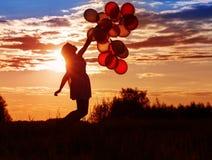 Unga kvinnor med ballonger Arkivbild
