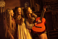 Unga kvinnor med gitarren arkivfoto