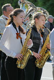 Unga kvinnor med saxofoner tar delen i segerdaghändelse i Volgograd Royaltyfri Bild