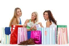 Unga kvinnor med shoppingpåsar. Royaltyfria Foton