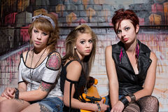 Unga kvinnor med skateboarden royaltyfria bilder