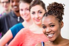 Unga kvinnor och män som dansar och gör gymnastik Arkivfoton