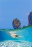 Unga kvinnor på att snorkla i det tropiska vattnet Fotografering för Bildbyråer
