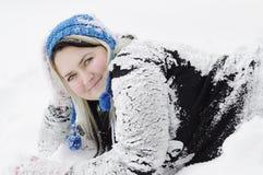 Unga kvinnor på snow Fotografering för Bildbyråer