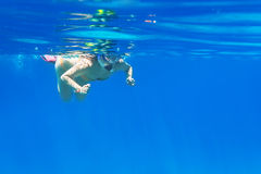 Unga kvinnor på snorkeling i det Andaman havet Fotografering för Bildbyråer