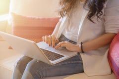 Unga kvinnor som är funktionsdugliga på bärbar dator Arkivfoto