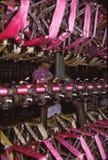 Unga kvinnor som arbetar den siden- fabriken Royaltyfria Bilder