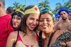 Unga kvinnor som bär dräkter av den mirakel- kvinnan och Frida Kahlo som har gyckel på Bloco Orquestra Voadora i Flamengo, parker arkivbilder