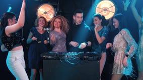 Unga kvinnor som dansar och flörtar med djen i en nattklubb stock video