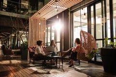 Unga kvinnor som diskuterar nya affärsidéer i idérikt kontor Royaltyfri Fotografi
