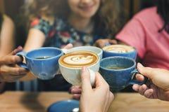 Unga kvinnor som dricker kaffebegrepp arkivbild