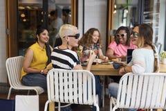 Unga kvinnor som dricker kaffebegrepp royaltyfri bild