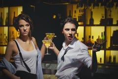 Unga kvinnor som dricker på stången Arkivbilder