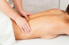 Unga kvinnor som får tillbaka massage Royaltyfria Bilder