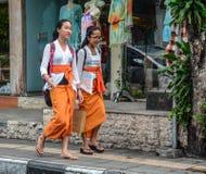 Unga kvinnor som går på gatan royaltyfri bild