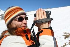 Unga kvinnor som gör en film om bergtur fotografering för bildbyråer