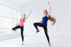 Unga kvinnor som gör en kondition, dansar som cardio genomkörare Royaltyfri Foto