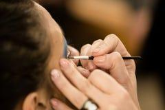 Unga kvinnor som gör makeup som är gammalmodig backstabbing royaltyfria foton